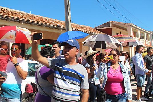 Une foule dense attendait les officiels et les journalistes, à leur arrivée à Gibara