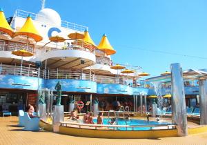 On y retrouve également une piscine réservée aux adultes, à l'arrière du navire