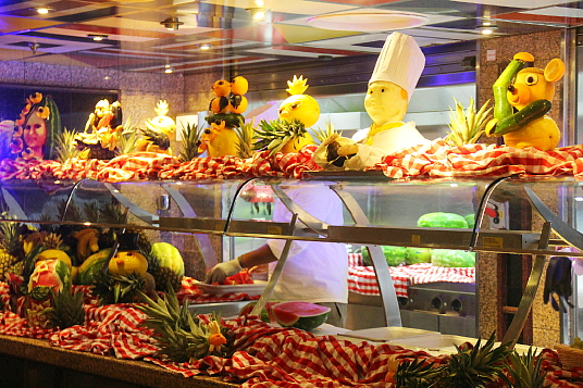 Un bar de fruits coupés, en soirée