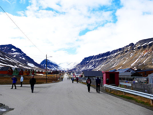 Des touristes dans Longyearbyen