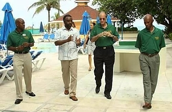Jackson Weech D.G. du Breezes Bahamas, John Issa prsident de SuperClubs;  Vincent Vanderpool-Wallace ministre du Tourisme des Bahamas et David Johnson, directeur gnral du tourisme des Bahamas