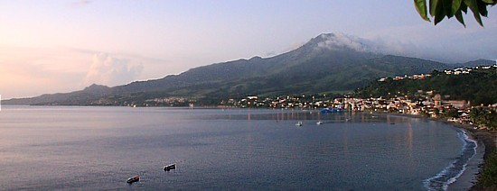 La ville de Saint-Pierre, entre mer et montagne.
