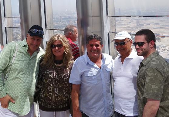 Charles Lussier et Caroline Lavictoire , de Godubaï en compagnie de Sam Char, Colin Hunter et Julien Char de Groupe de Voyages Sunwing, au belvédère de la tour Burj Khalifa à Dubaï