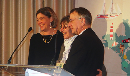 La représentante de Vélo Québec, entourée de Armelle Tardy-Joubert et de Nicolas Chapuis,'ambassadeur de France au Canada