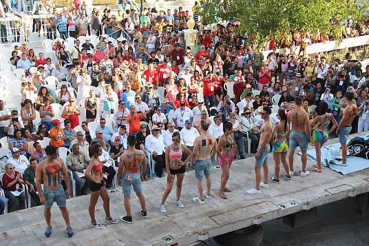 """Chars allégoriques, danseurs et musiciens se partagent la vedette aux """"Romerias de Mayo""""."""