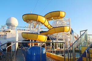 La glissade d'eau et la piscine pour les enfants