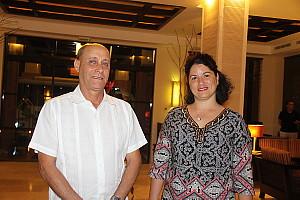 Frank Pais Oltuski Rodriguez, vice-président du marketing pour le groupe Gaviota, en compagnie de son attachée de presse.