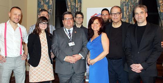 Le maire de Montréal, Denis Coderre, en compagnie des membres du Conseil d'administration de l'APGT
