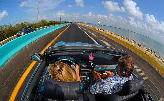En décapotable  sur la route. Crédit : Andy Newman/Florida Keys News Bureau