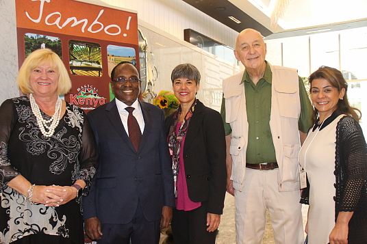 Susan Web (Vox); John L. Lanyasunya, le Haut commissaire du Kenya ; Renée Wilson et Serge Lamarre (Vox) et Roula Shabaani, représentante senior pour Kenya Airways