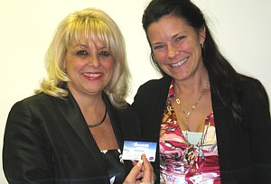 Evelyn Cassis, en compagnie de Gail Lea, de Vacances Le Faubourg Boisbriand, l' heureuse gagnante d' un prochain eductour en Tunisie organisé par Voyages Cassis et ses partenaires