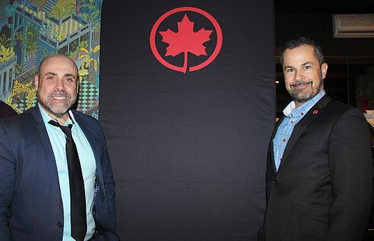Armando Mendoca, directeur de comptes pour les offices de tourisme de Vienne et de Berlin, et Eric Lauzon, chef de service - partenariats communautaires pour Air Canada.