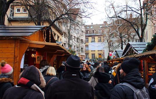 Certains marchés attirent des foules très denses, notamment les fins de semaine