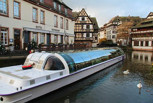 Les promenades en bateau se poursuivent aussi en hiver, notamment dans le quartier de la Petite France, à Strasbourg