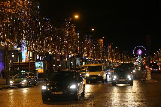 Les Champs Élysées, toujours en beauté pendant la période des Fêtes