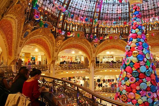 Chaque année, Les Galeries Lafayette remportent beaucoup de succès avec leurs décorations des Fêtes