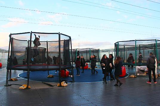 En décembre, des trampolines nous attendent sur la terrasse de la Tour Montparnasse