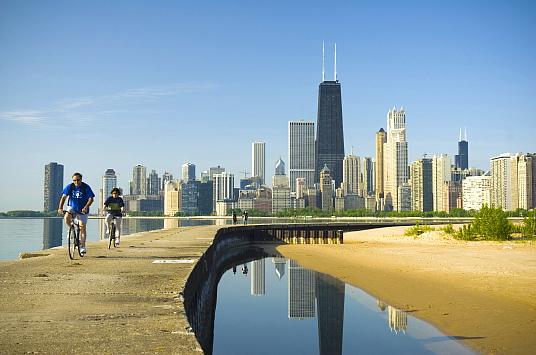 En vélo le long du lac Michigan (crédit Choose Chicago)