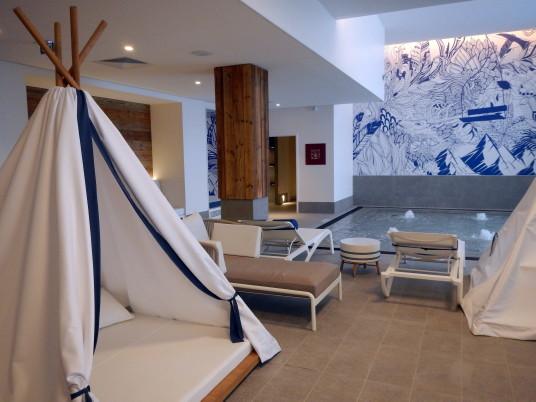 À la piscine du Club Med Grand Massif Samoëns Morillon-A.Pelouas