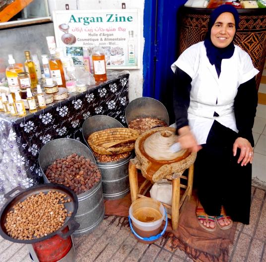 Femme fabricant l'huile d'Argan