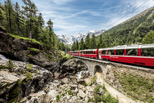 Train touristique Bernina Express près de Pontresina. Crédit photo: Switzerland Travel System/Andrea Badrutt