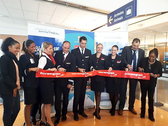 L'équipage de Norwegian, en compagnie de Muriel Wiltord, la directrice zone Amériques pour le CMT et Lakdar Kamouche, directeur des opérations aériennes pour ADM