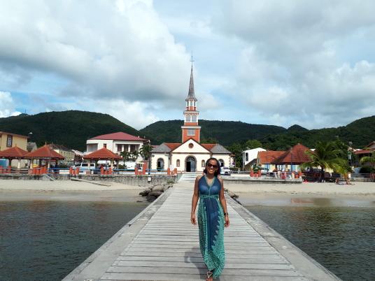 Ingrid Labeau, devant le quai de l'Anse d'Arlets