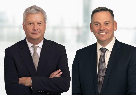 Michael Rousseau, chef de la direction adjoint et chef des Affaires financières (gauche) et Craig Landry, vice-président général – Exploitation (droite) avec Air Canada. (Groupe CNW/Air Canada)