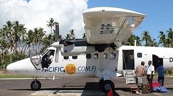 C'est de l'aéroport de Nadi (sur Viti Levu) que partent la plupart des vols internes qui desservent les autres îles de l'archipel.