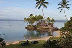 L'hôtel Warwick se trouve sur la Côte du Corail. Les vagues se brisent le long de la barrière de corail, plus au large.