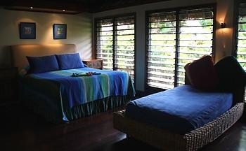 Meubles artisanaux, vastes salles de bain, des plafonds hauts, les 25 chambres sont très charmantes et encerclées par la nature.