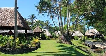 l'Hôtel Paradise Taveuni ne possède pas de plage mais est perché sur une falaise, le long de laquelle on a emmenagé des terrasses et des quais qui permettent d'accéder à la mer.