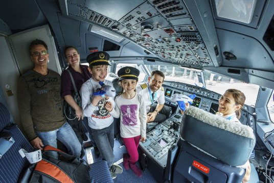 La septième édition de l'activité Enfants en première, organisée à l'aéroport Montréal-Trudeau, s'est déroulée dans la bonne humeur et le plaisir. (Groupe CNW/Aéroports de Montréal)