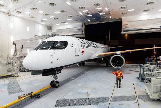 Un premier Airbus 200 d'Air Canada sort des ateliers de peintures