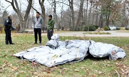 Un toboggan d'avion tombe dans son jardin