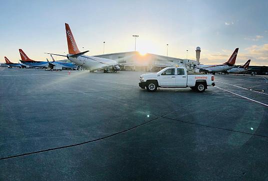 Les avions de Sunwing à l'aéroport Pearson de Toronto ce matin se préparant au décollage avant les vols de rapatriement.