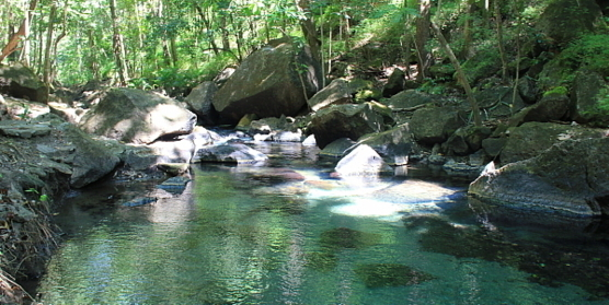 Le site de Rio Perdido se trouve en bordure d'un canyon, au fond duquel coule une rivière alimentée par des sources d'eau thermales, qui invitent à la baignade.