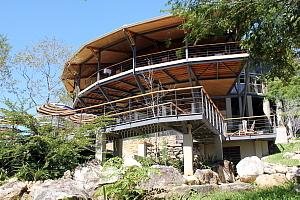 Tout nouveau, le bâtiment d'accueil de Rio Perdido compte un restaurant, un spa et des piscines, aménagés au milieu de la nature.