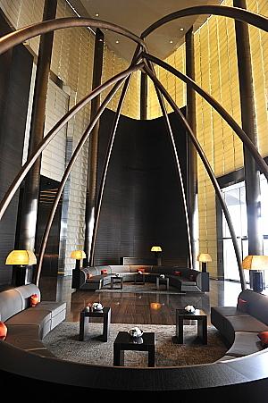 Le lobby de l'hôtel Armani de Dubaï