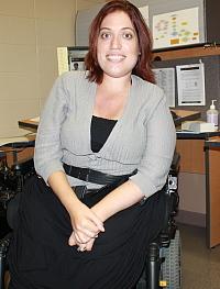"""""""Mme Alessia DiVirgilio a déposé une requête pour violation des droits de la personne contre quatre entreprises de taxis qui lui ont fait payer des suppléments de tarifs parce qu'elle utilise un fauteuil roulant"""