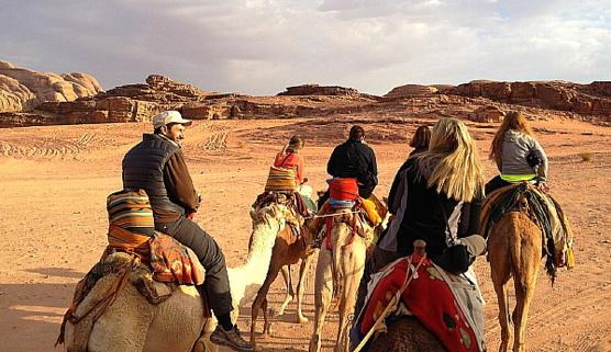 Le Wadi Rum se découvre en jeep et à dos de dromadaire.