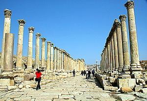 """L'un des points fort de Jerash: sa longue rue - le """"Cardio Maximus"""" - pavée et bordée de colonnes"""
