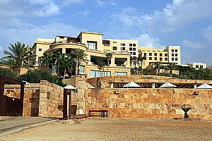 L'hôtel Kempinski Ishtar s'étale en flanc de colline, jusqu'aux rives de la Mer morte.