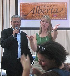 Claude Noel de Travel Alberta et Claude Hélène Faucher de Westjet procèdent à un tirage