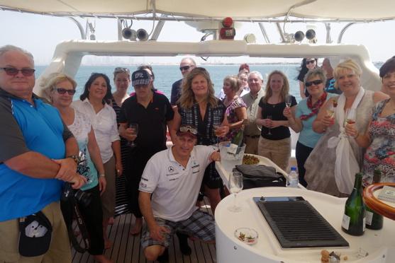 Une partie du groupe quittant La Dubaï Marina à bord d'un yacht privé pour une croisière au large de l'hôtel Burj Al Arab