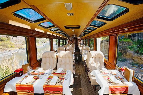 L'Inca Train, avec ses tables et ses fauteuils de cuir. Crédit photo: Inca Rail.