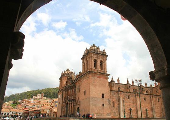 La cathédrale, vue à travers les arches qui encerclent la place