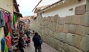 A la base de plusieurs murs, on reconnaît les fondations de l'époque Inca