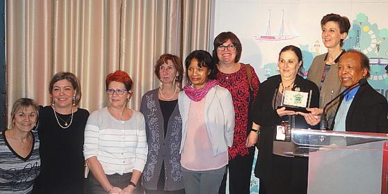 Des membres de Réseau Ensemble prennent réception du trophée du meilleur partenaire ayant collaboré avec Atout France au cours de 2015