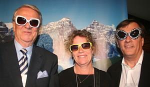 Klaus W. Roth et Jenny Dunbar, de Travel Alberta, en compagnie de Louis Gosselin, directeur des ventes voyagistes de WestJet.